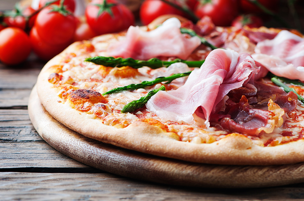 italian-pizza-with-ham-and-asparagus-A3SWZW7